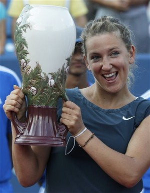 Victoria Azarenka posing with W&S Open champion's trophy. Photo Credit: http://newsinfo.inquirer.net